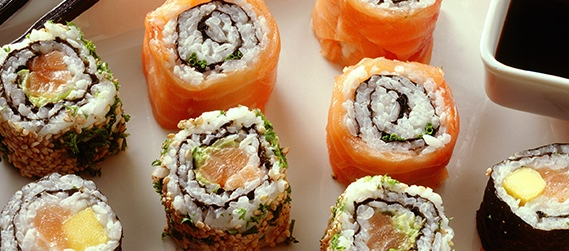 Salmon uramaki (inside-out sushi rolls)
